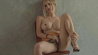 Heather Vandeven plays with her pussy