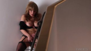 Lexi Swallow goes for a solo show and her naughty fingers diddle her kitty